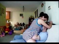 عالی زن خانه دار در جوراب ساق فیلم سکسی با کیفیت خارجی بلند سفید نشان می دهد بدن او در آشپزخانه