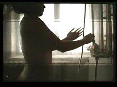 دختر ، سبزه ، کلاه در بالای جوراب ساق بلند و او دانلود فیلم سکسی با کیفیت بالا را یک سطل بر روی گونه ها را