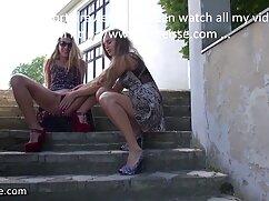 زن دانلود پورن با کیفیت گسترش رول و مرد هل دست خود را به الاغ او