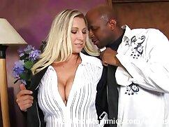 همسر با جوراب ساق بلند سیاه و سفید در حال جویدن فیلم سوپر خارجی باکیفیت hahala در آشپزخانه